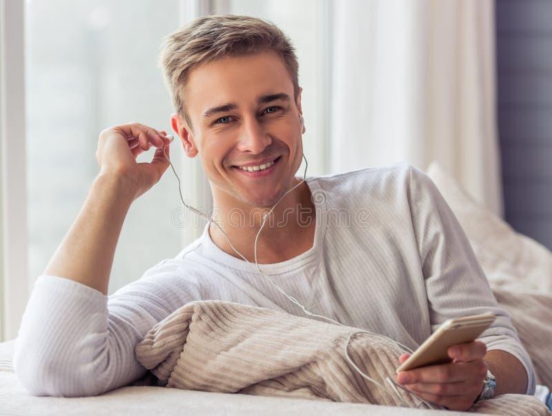 Красивый молодой человек с устройством стоковые фотографии rf
