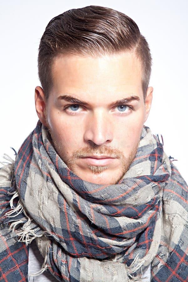 Красивый молодой человек с шарфом стоковые фотографии rf