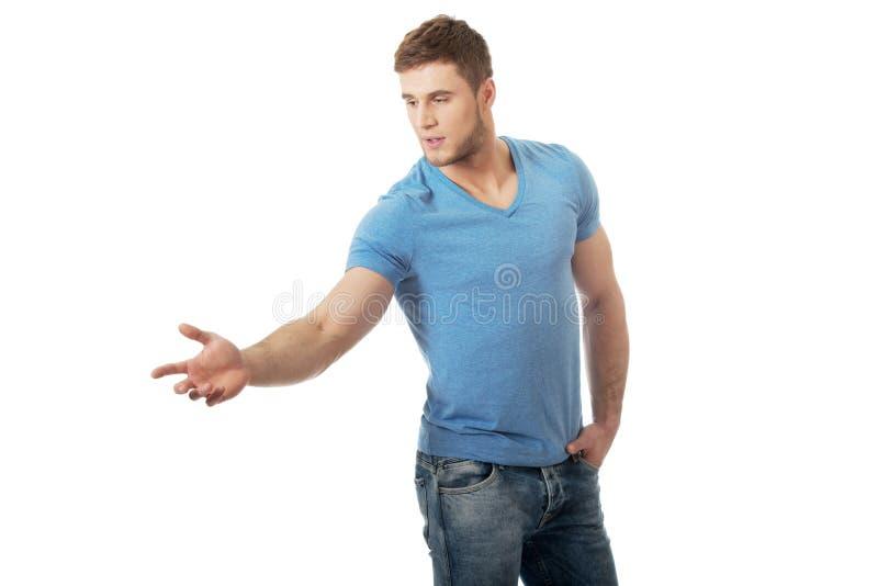 Красивый молодой человек указывая вниз стоковая фотография rf