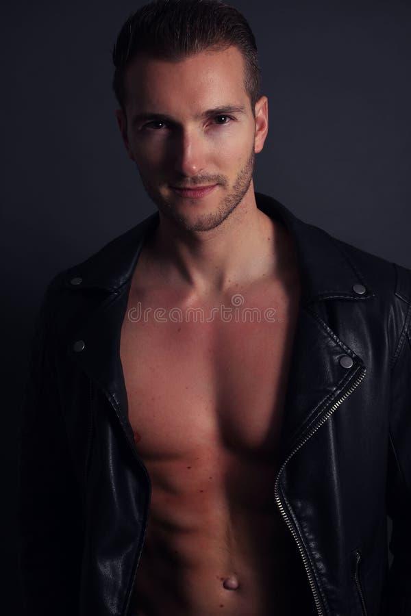 Красивый мужской без рубашки представлять стоковое изображение rf