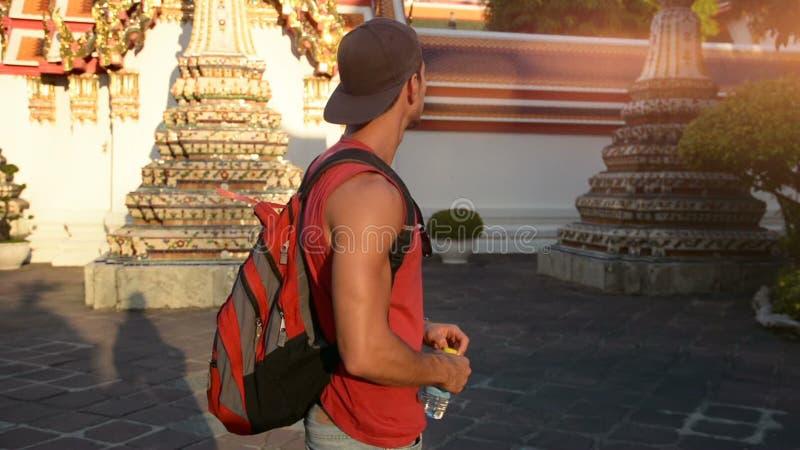 Красивый мужской турист в грандиозном дворце, Бангкоке видеоматериал