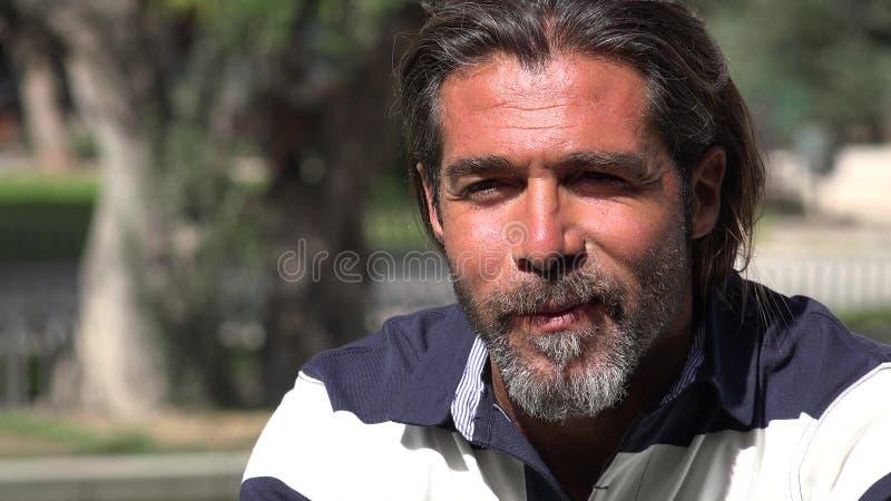 Красивый мужчина в парке стоковые изображения