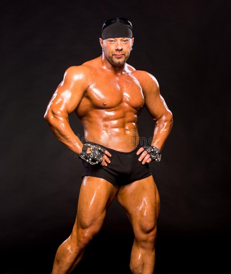 Красивый мышечный культурист стоковые изображения rf