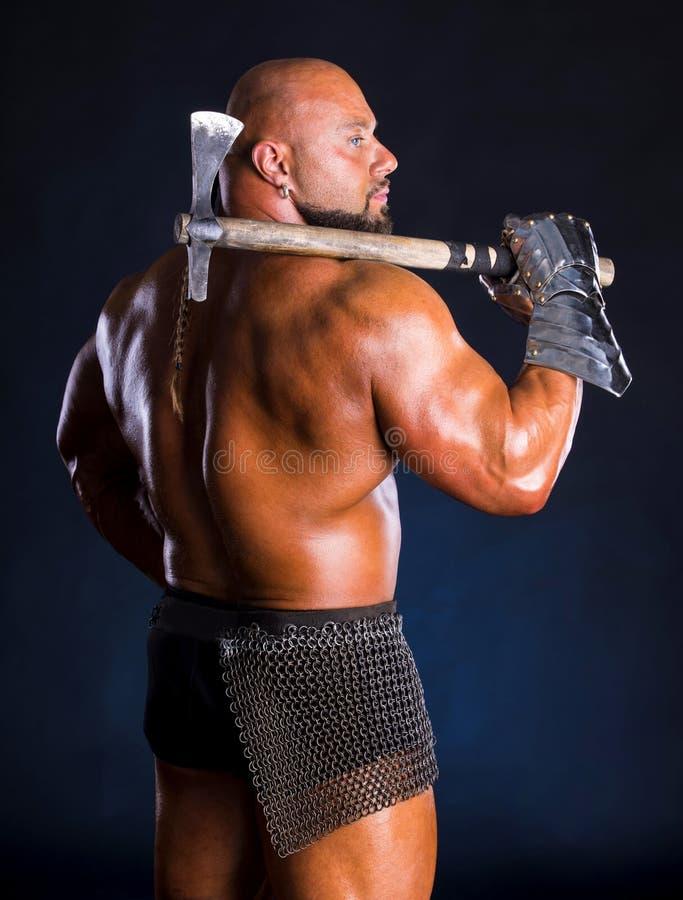 Красивый мышечный старый ратник с осью стоковые фотографии rf