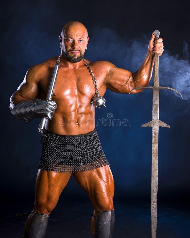 Красивый мышечный старый ратник с шпагой стоковые изображения rf