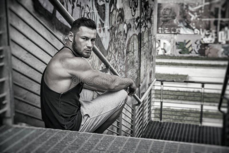 Красивый мышечный человек толстого куска внешний в установке города стоковые фото