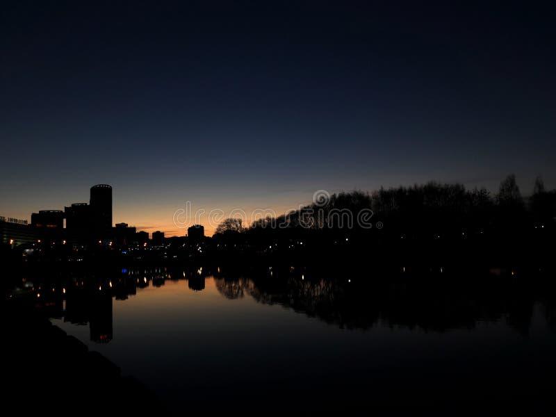 Красивый заход солнца в городе Река стоковое фото rf