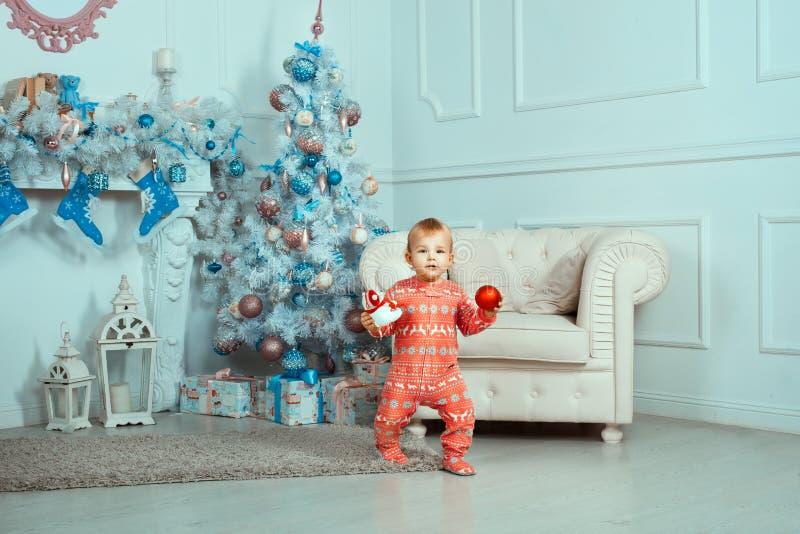 Красивый младенец около рождественской елки стоковая фотография rf