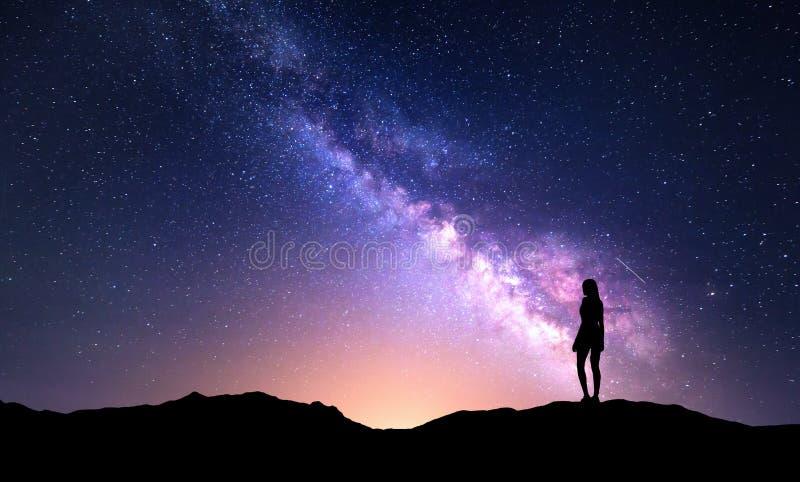 Красивый млечный путь с стоя женщиной цветастое ночное небо стоковое изображение rf