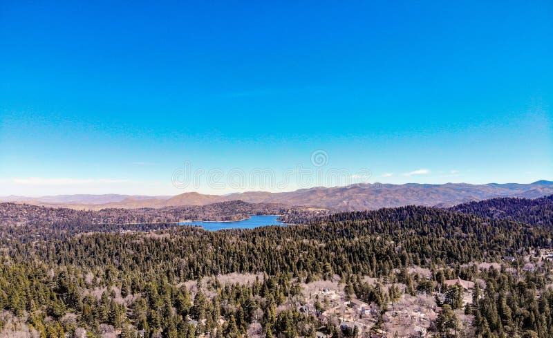 Красивый наконечник озера как осмотрено от оправы мира стоковые изображения rf
