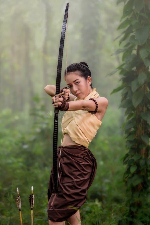 Красивый направлять женщины archery стоковое изображение rf