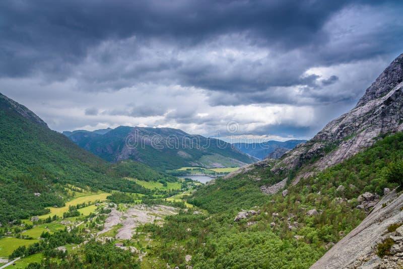 Красивый норвежский ландшафт в горах на побережье Lysefjord, Jorpeland стоковое фото