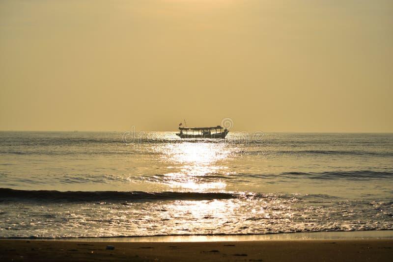 Красивый океан в утре стоковая фотография rf