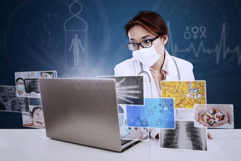 Красивый доктор делает рецепт на цифровой предпосылке иллюстрация вектора