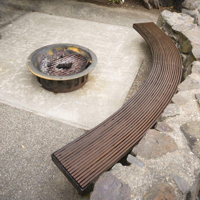 Красивый домашний цемент утеса ямы огня зоны усаживания палубы внешний стоковое изображение