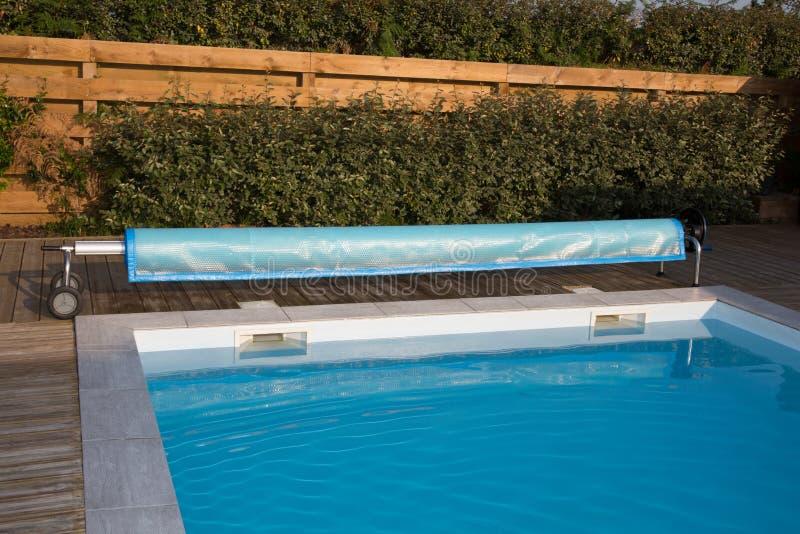 Красивый дом, летний день взгляда бассейна стоковое изображение
