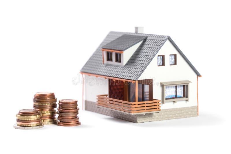 Красивый дом с монетками. стоковые изображения