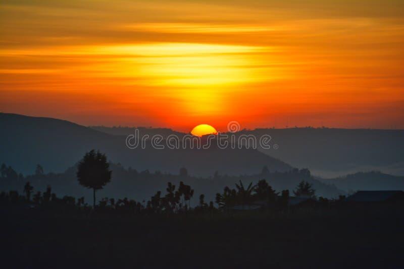 Красивый оранжевый восход солнца с холмами Уганды в foregro стоковые изображения