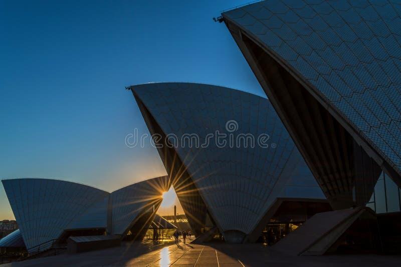 Красивый оранжевый заход солнца и оперный театр Сиднея стоковые изображения rf