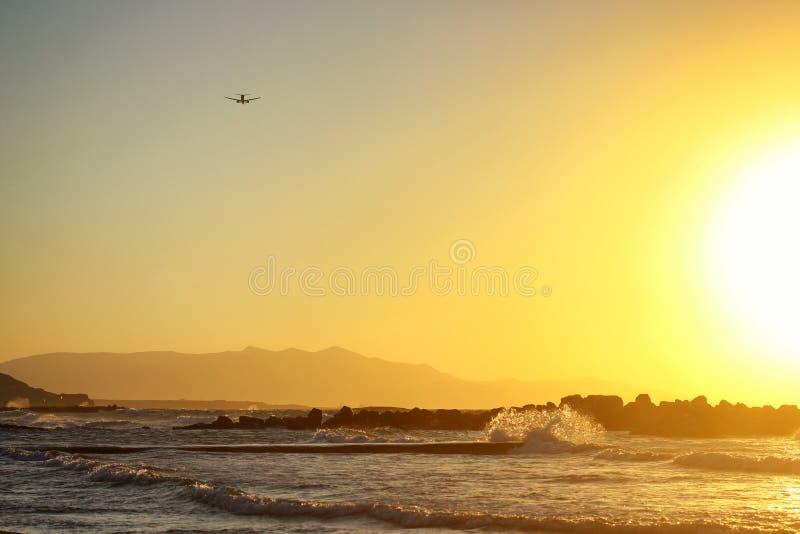Красивый оранжевый заход солнца морем в летнем времени Плоский летать прочь на предпосылку стоковое фото