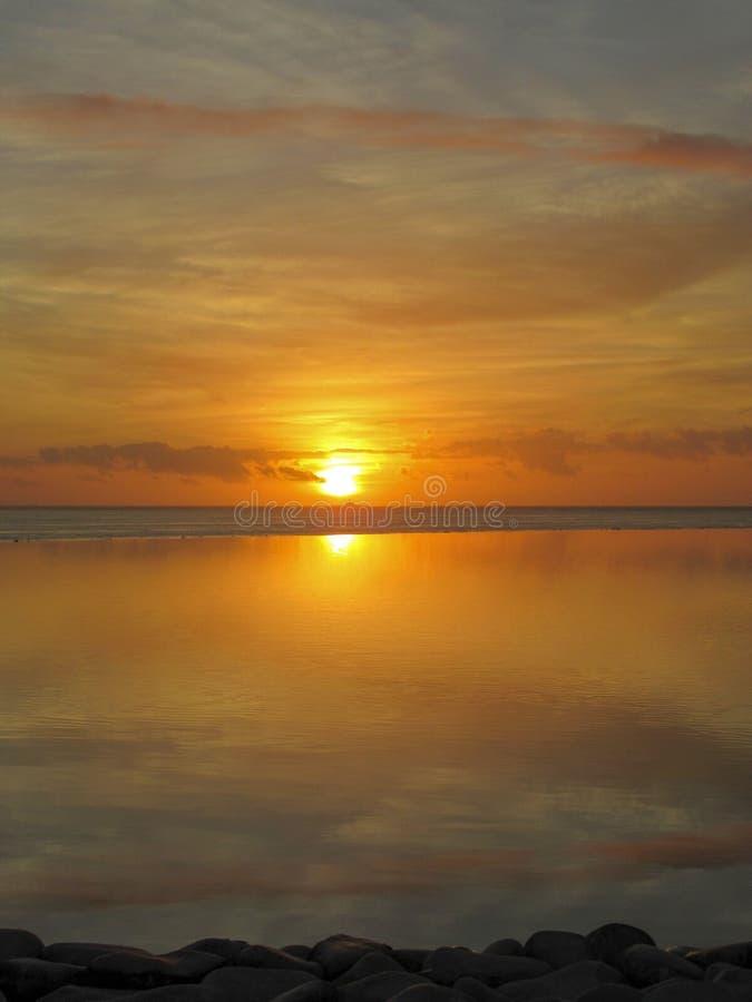 Красивый оранжевый и желтый заход солнца стоковые фотографии rf