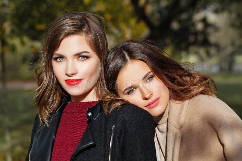 Красивый ослаблять женщин внешний в парке стоковые изображения