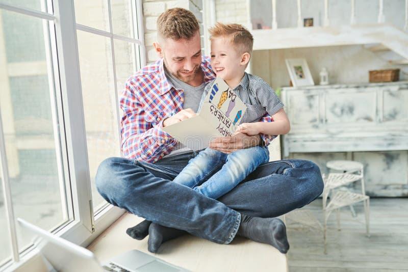 Красивый отец с сыном стоковое изображение
