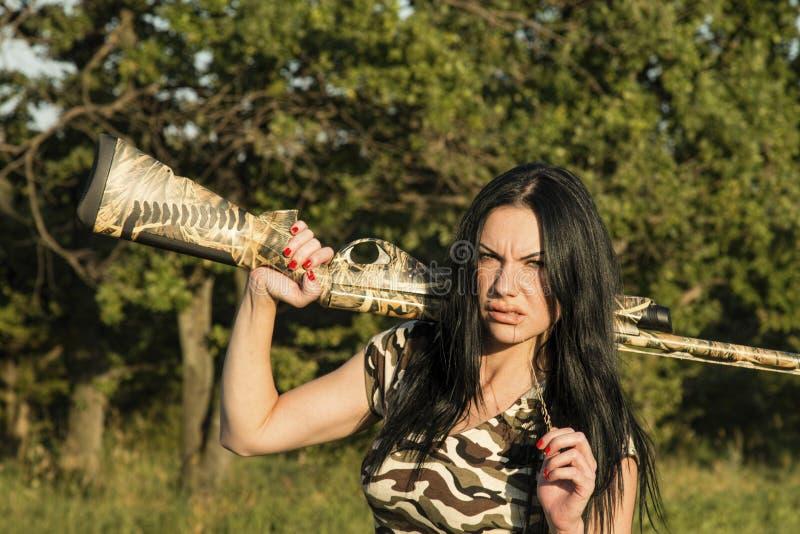 Красивый охотник женщины с винтовкой стоковые изображения rf