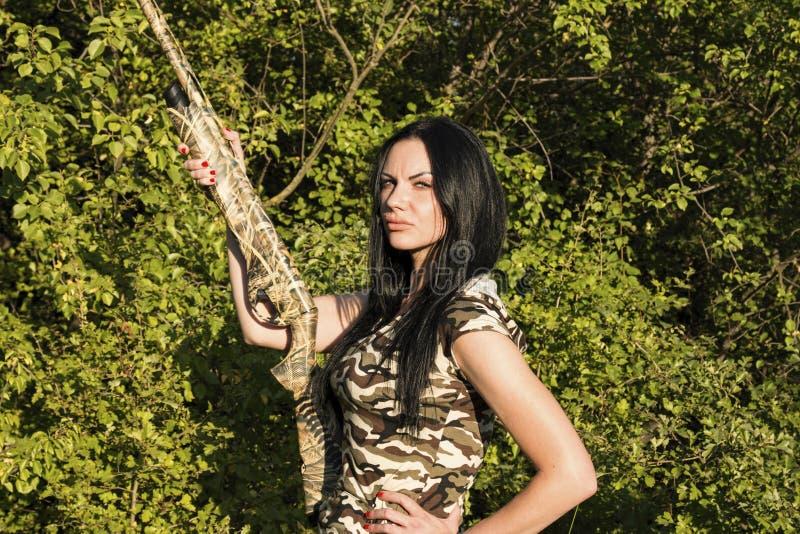 Красивый охотник женщины с винтовкой стоковые фотографии rf