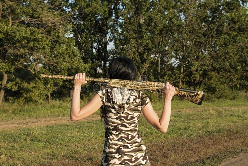 Красивый охотник женщины с винтовкой стоковое фото rf