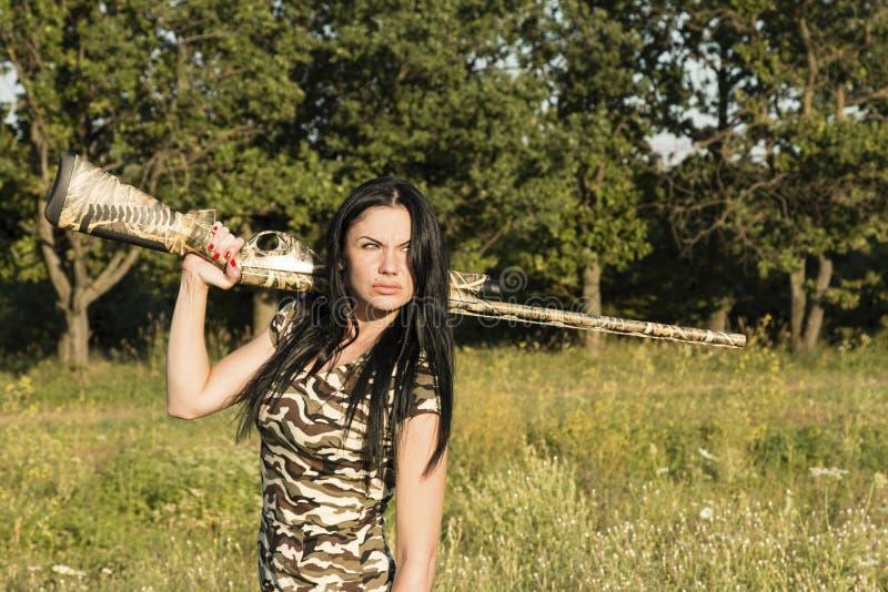 Красивый охотник женщины с винтовкой стоковая фотография rf