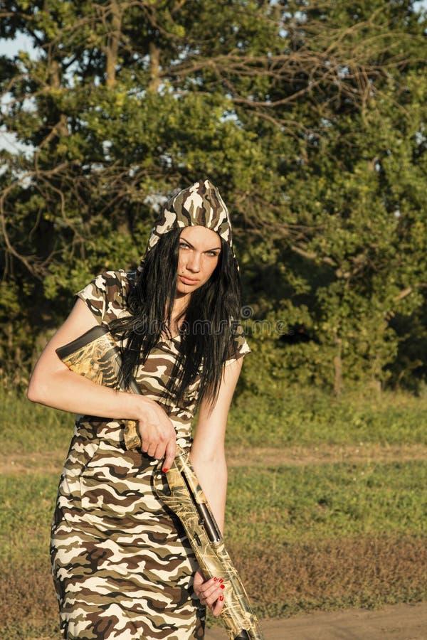 Красивый охотник женщины с винтовкой стоковое изображение rf