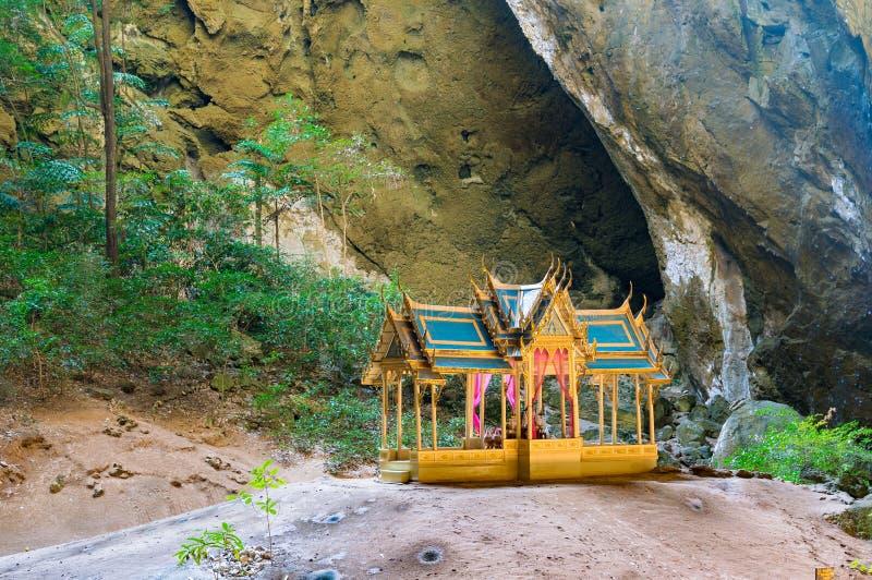 Красивый павильон в пещере горы стоковые изображения rf