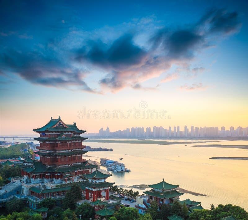 Красивый павильон tengwang Наньчана на сумраке стоковая фотография