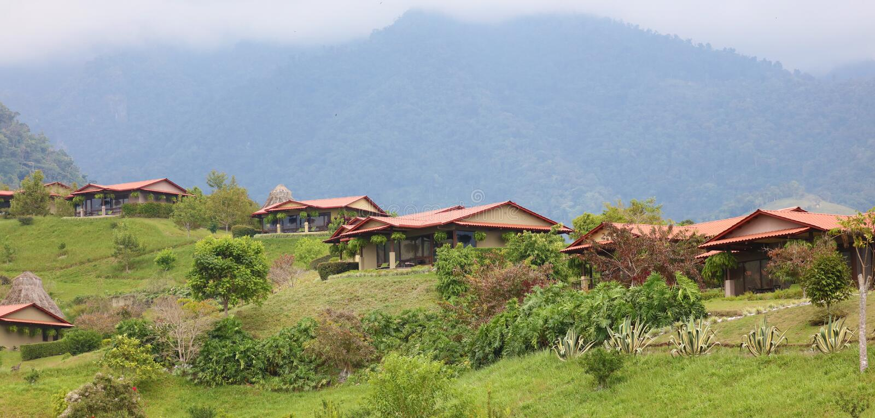 Красивый панорамный взгляд домов в горах в Коста-Рика с зелеными джунглями стоковое фото rf