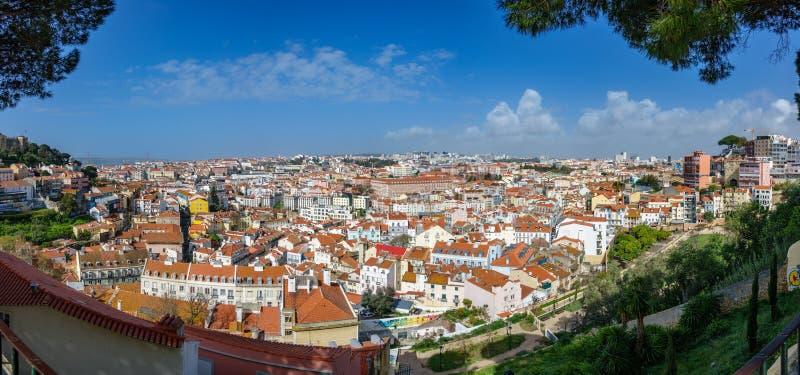 Красивый панорамный взгляд от miradouro точки зрения Grasa в Лиссабоне, Португалии стоковое фото