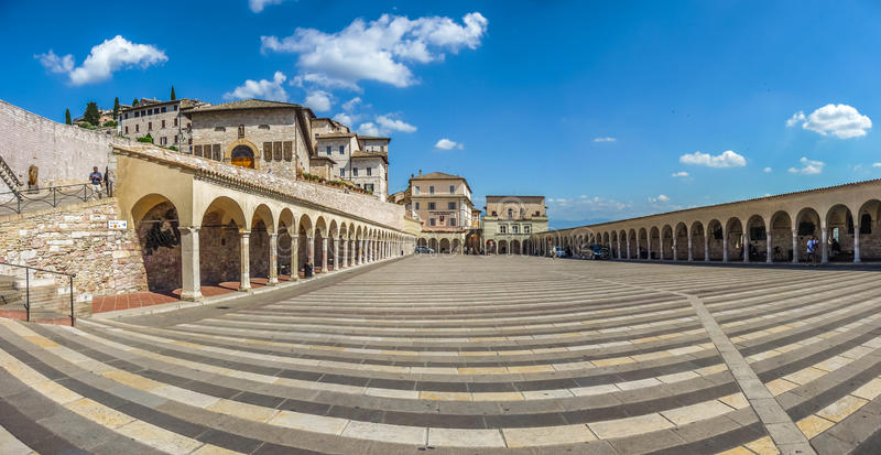 Красивый панорамный взгляд более низкой площади около известной базилики Св.а Франциск Св. Франциск Assisi (Базилики Papale di Са стоковые фото