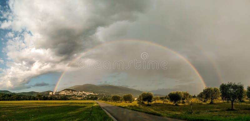 Красивый панорамный вид радуги над городком Умбрией Assisi, Италией стоковая фотография rf