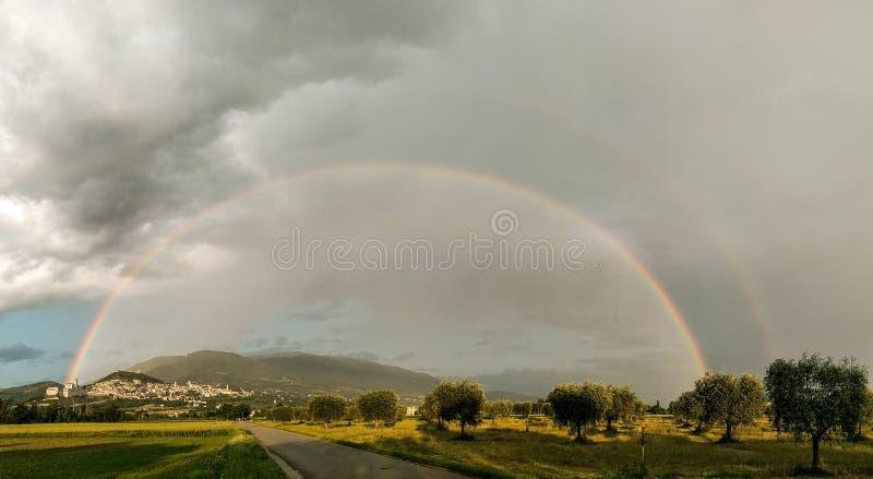 Красивый панорамный вид радуги над городком Умбрией Assisi, Италией стоковые изображения