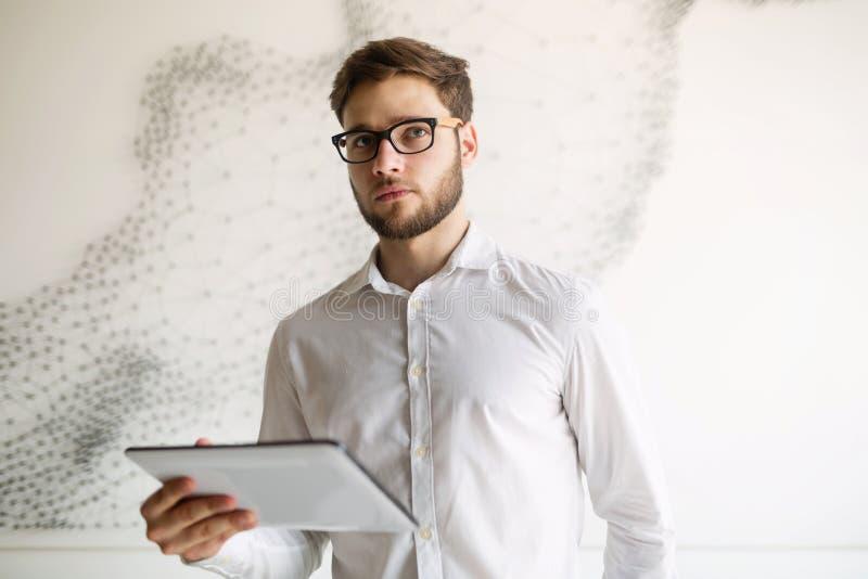 Красивый парень используя таблетку стоковые изображения rf