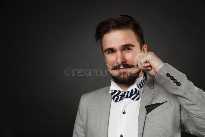 Красивый парень с бородой и усик в костюме стоковое изображение rf