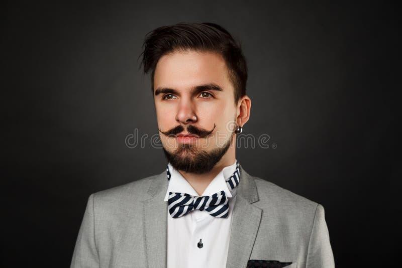 Красивый парень с бородой и усик в костюме стоковое фото