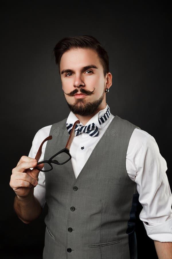 Красивый парень с бородой и усик в костюме стоковые изображения