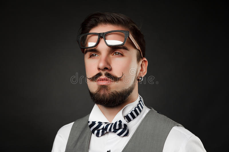 Красивый парень с бородой и усик в костюме стоковые изображения rf