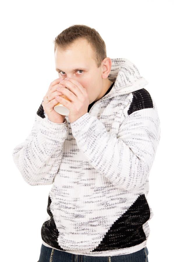 Красивый парень, холод, чай питья стоковые фото