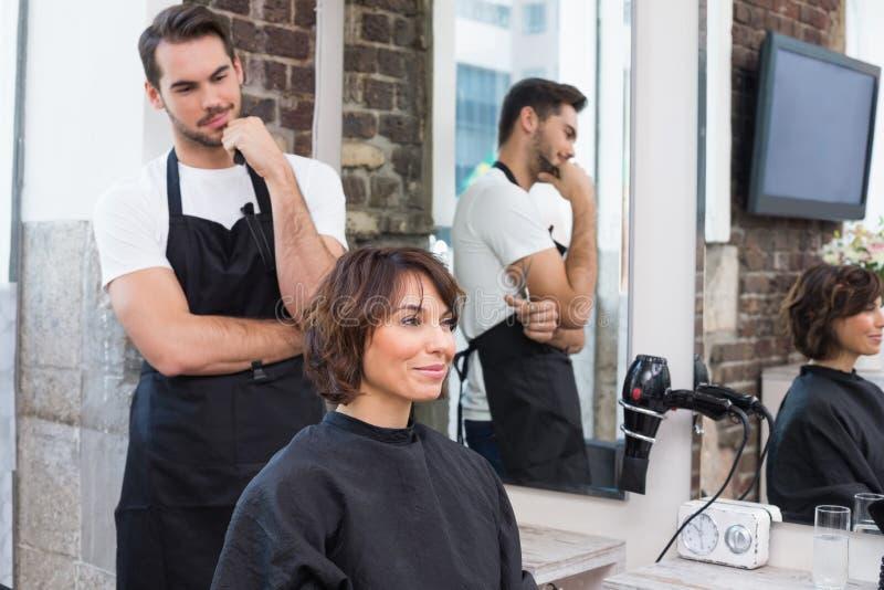 Красивый парикмахер с клиентом стоковое изображение