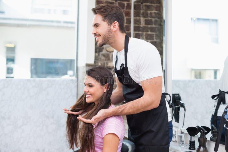 Красивый парикмахер с клиентом стоковое фото