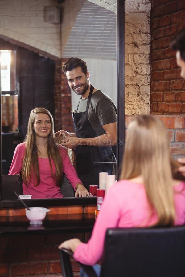 Красивый парикмахер с клиентом стоковая фотография