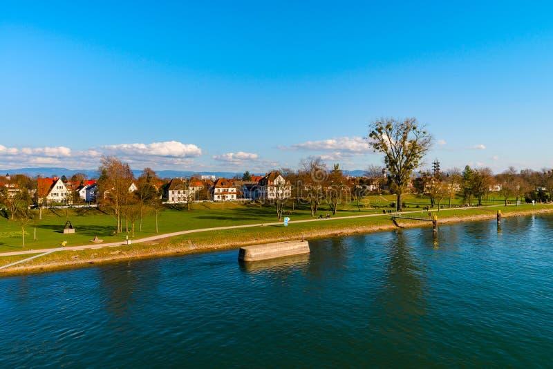 Красивый парк весны на береге реки, Rhin, Kehl, Германии стоковое фото