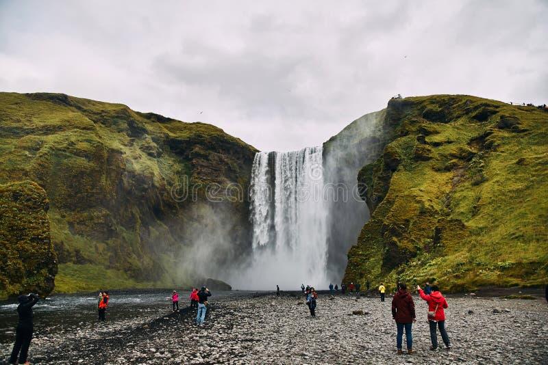 Красивый пейзаж величественного водопада Skogafoss в сельской местности Исландии летом стоковые изображения rf